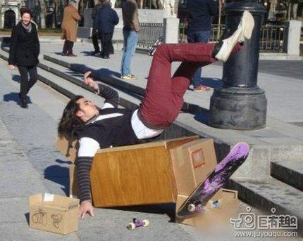 小哥滑板玩的不错嘛~哈哈……
