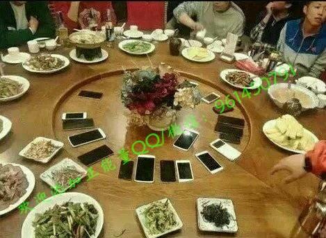 朋友聚會,手機上繳,不許靜音,不 許飛行,不許關機,保持通暢,要求:手機响一次,罚酒一杯,看信息,罰酒兩杯,接電話,罰酒三杯,同意者贊。