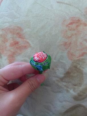 今天买了几个棒棒糖   …… 但回来后总觉得哪里不对……