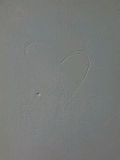 五一没回家,在寝室突然看到了这个爱心,不知道是谁画的,怎么办,好紧张,晚上都睡不着了,突然感觉菊花好紧。