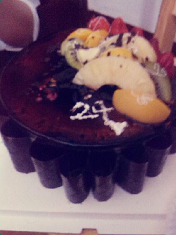 亲手做蛋糕求祝福。 臭臭,24快乐。