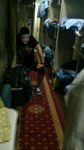 坐火车  大半夜的他妈的吓我一跳  关键是这是个爷们啊