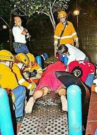 香港一名男子脱了裤子做俯卧撑时,呈充血状态的阳具离奇困在1寸直径的圆孔内。