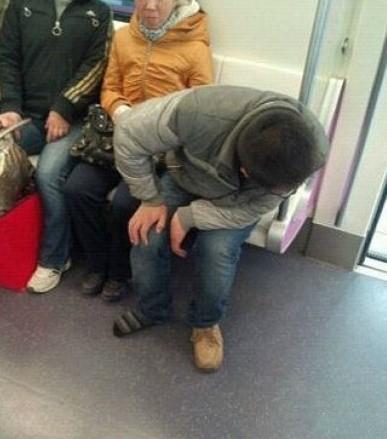 挤地铁的时候要注意系好鞋带!!!