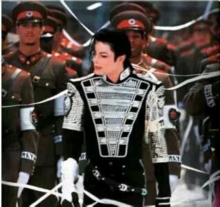 这么说吧,1995年迈克尔杰克逊能向联合国借70万正统军队在匈牙利首都布达佩斯拍摄MV,你EXO敢么?