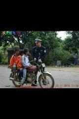 警察:为什么超速行驶。驾驶证拿出来 哥:靠,没看见赶去上学哪,一看我就没有18还要驾驶证,呢脑袋秀逗了啊。。