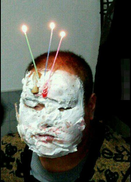 """强哥下班回家,看见桌上有盒蛋糕,上面有三根蜡烛。我惊讶的问:""""谁生日?""""旁边强嫂冷淡地回答:""""是我身上的这件衣服。它今天已经3岁了!""""强哥该怎么办呢?"""