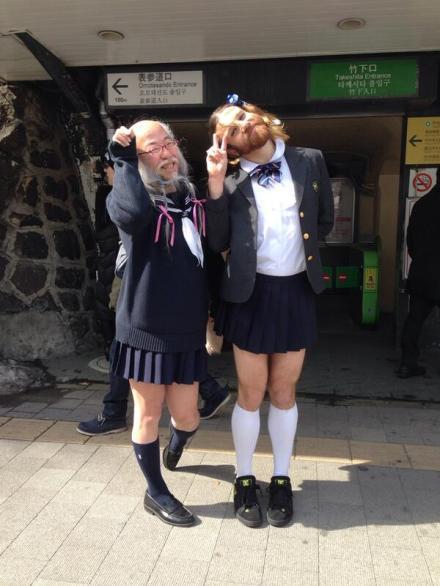 """东京街头红人--""""水手服老爷爷""""终于找到知音了……那壮硕的大腿…浓密的胡须…感觉整个人已经深深地沦陷了……"""