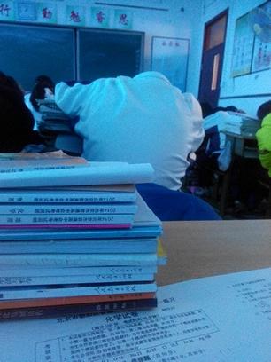 一场宁静的课堂,,我慢慢的抬起了头,卧槽!!我前桌的头呢??