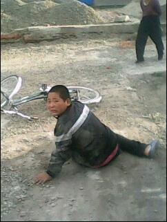 隔壁家孩子骑自行车摔倒了。哈哈,,,