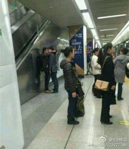 最讨厌那些在地铁站里秀恩爱的情侣了