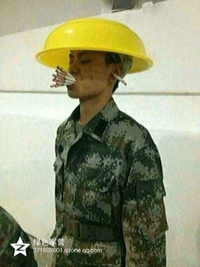 有一哥们偷着抽烟,在部队新兵不让抽。在某次犯罪时点太背,被班长人脏俱获。结果就被一包大前门给进行革命熏陶了!!