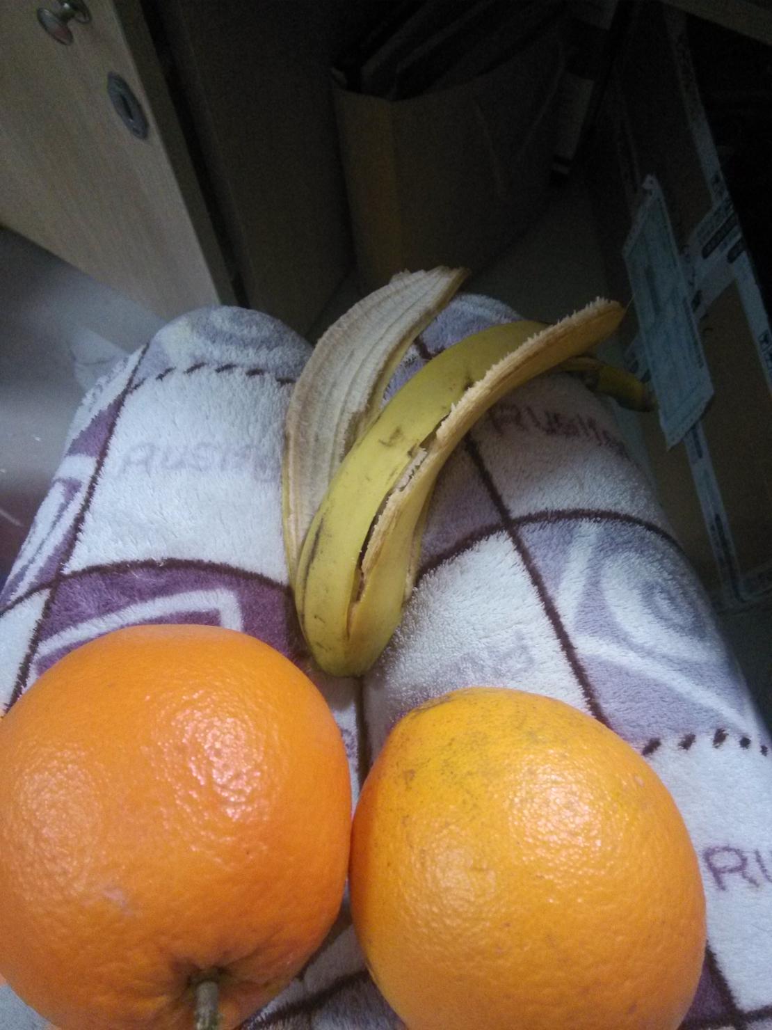 平安夜前夕舍友送的礼物~两个橙子一个香蕉,总是觉得哪里怪怪的。