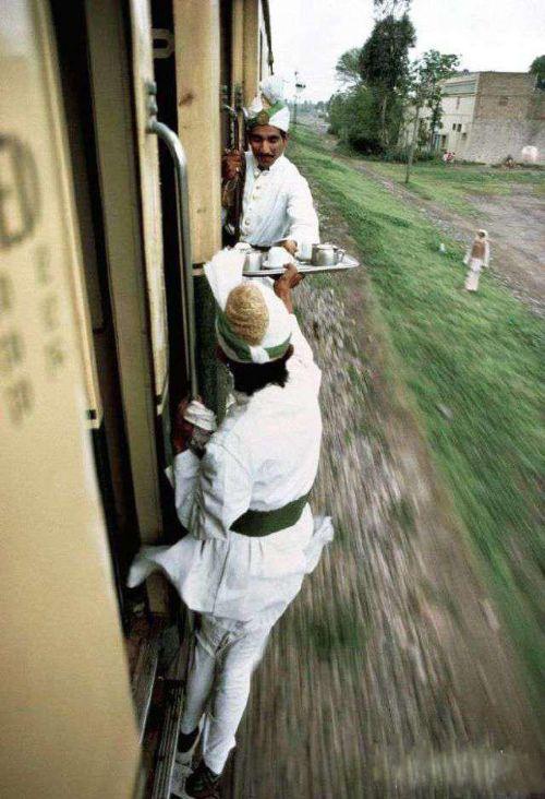 某些国家的列车服务员也开挂