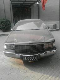 前几天去城里溜达    碰见个很嚣张的车