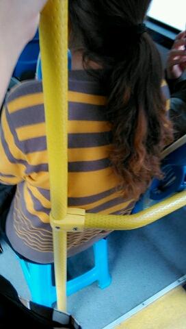 终于见到传说中的自备小板凳了,哈哈,神大姐,有了它,坐公交再也不怕没座位了