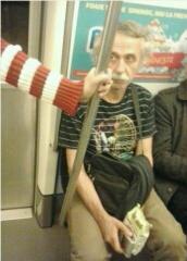 今天在地铁上看到一个人、像不像某位天才?