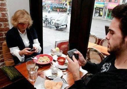据说,现在尊重人的最高级别,就是在一起的时候不玩儿手机!
