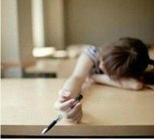 """人类已经阻止不了中国老师布置作业了!老师抱过来一打卷子放在桌子上,走时,同学们异口同声的说:""""老师!你的一打!!""""老师回眸一笑 :""""是你们的一打~"""""""
