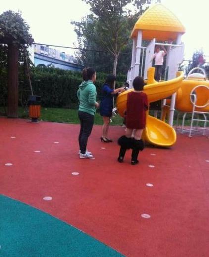 今天在幼儿园看见一个穿棉靴的女人,她二姐说:我以为她把裤子脱了呢!(转)