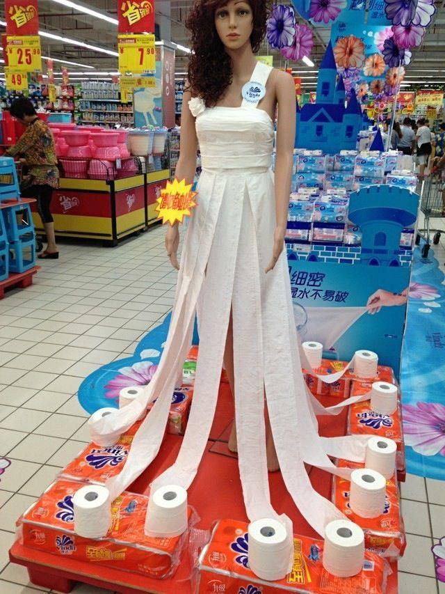 这位新娘恐怕在刮风下雨天不能出门。