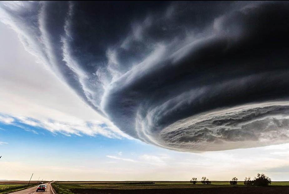 """今天看的新闻,美国天空现超级""""雷雨胞"""" 似外星飞船,景象好壮观哦~"""