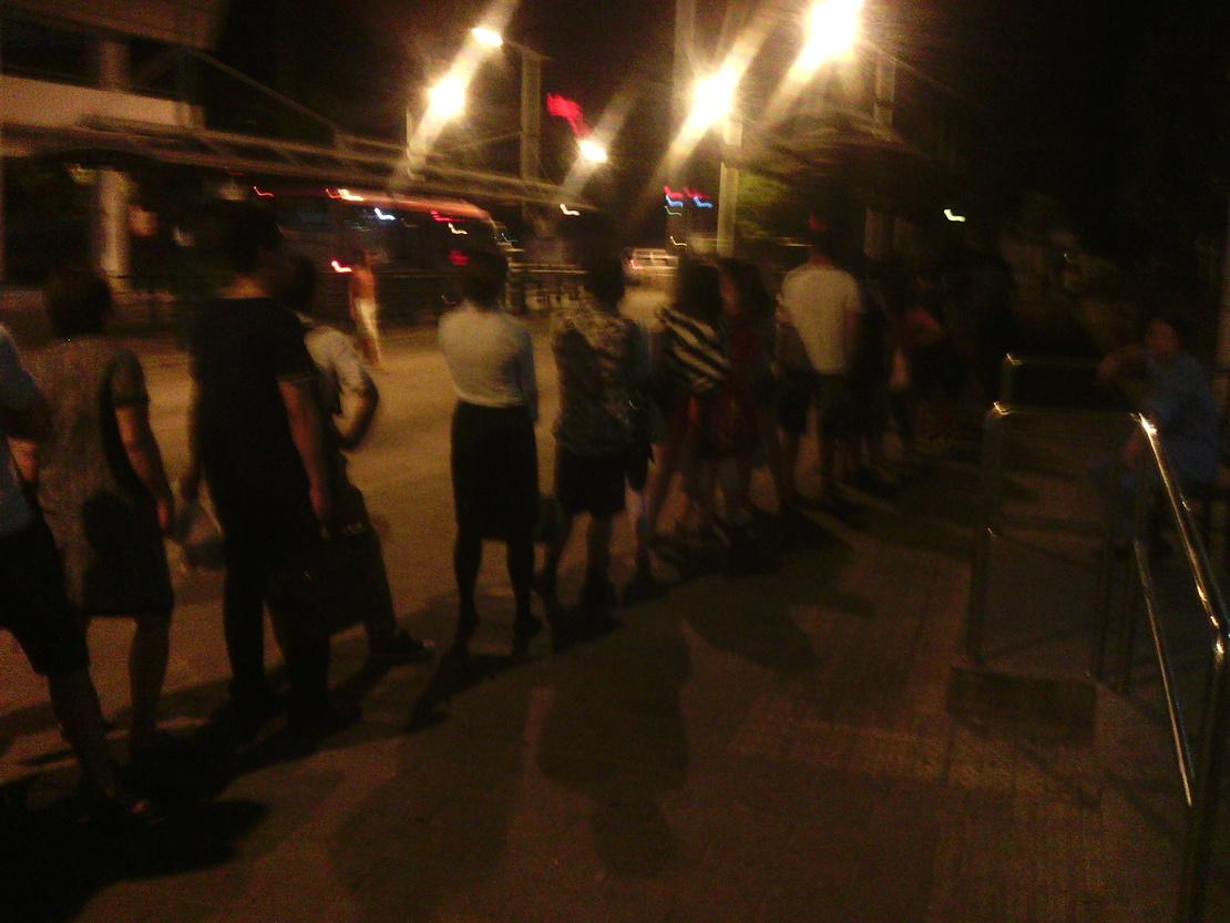 等个公交车,要排这么长的队,我还能说什么??