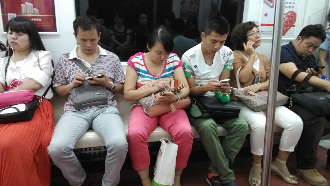 原来世界末日是手机病毒。。。