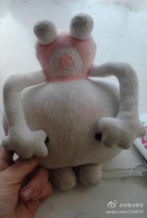 今天在侄女卧室里看到了一个玩偶,诧异的问她:卧槽这什么玩意儿,这外星人这么丑,还摸着自己的奶?!!!侄女一脸无语的说:小姨,你拿倒了…