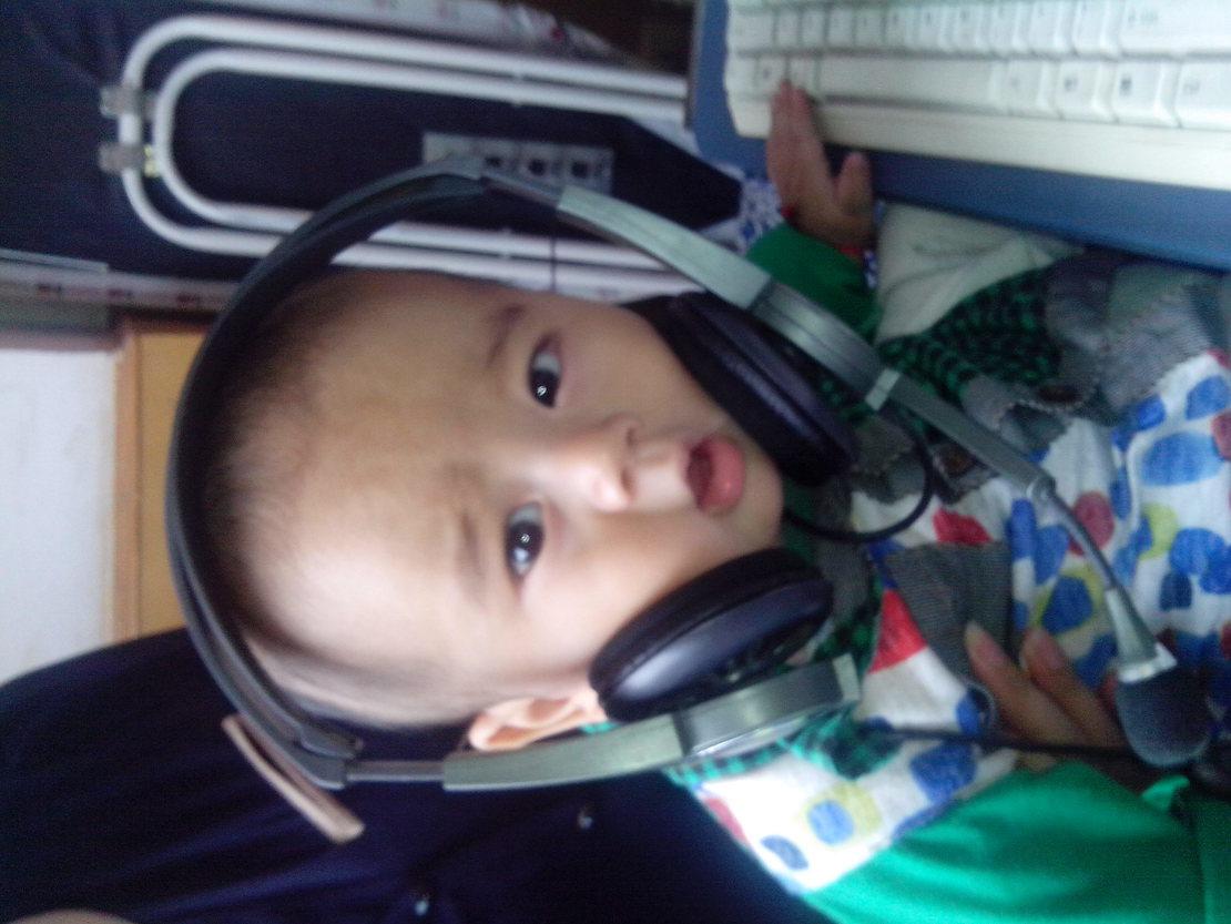 我家小兄弟被耳机卡住了,正用无辜的眼神看着我,萌翻了有没有!