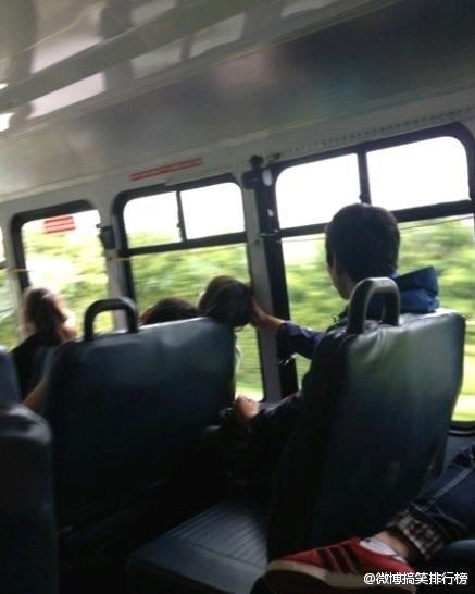 一对情侣和一个男的,三个人一起上的车。情侣坐前面,情侣男睡着了把头靠在情侣女的肩上,情侣女也睡了,头因为车子的颠簸快敲到玻璃窗上了。后面那个男生就默默伸手...难道这才是真爱!?