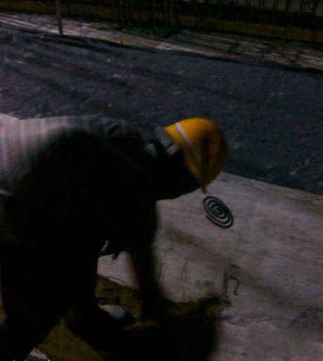 安全帽上挂盘蚊香!晚上干活蚊子多香