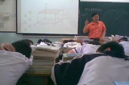 某中学生相册里的上课照片。这张照片说明,作为新时代的教师,要具备自言自语的技能。