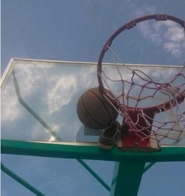 有一次打篮球,结果球卡在框上了,某基友用鞋扔,然后、、、、、、、、、、、