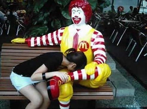 这妹子寂寞了,麦当劳大叔这表情亮了
