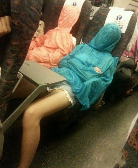 妹子,这觉让你们睡得太惊悚了!昨天坐火车,睡的迷迷糊糊 一回头...吓我一跳!