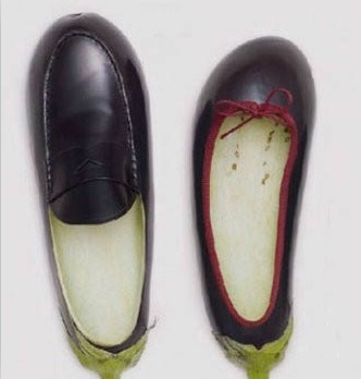 """这鞋,不大,您穿着不大,这个穿鞋呀,穿大不穿小,小鞋您这受屈呀,啊,对不对,穿不了几天您这脚箍得难受,再说您乍穿这鞋是大一点儿,您又是汗脚,您这么一出汗,踩两天这么一回楦儿,您穿着就合适了。"""""""