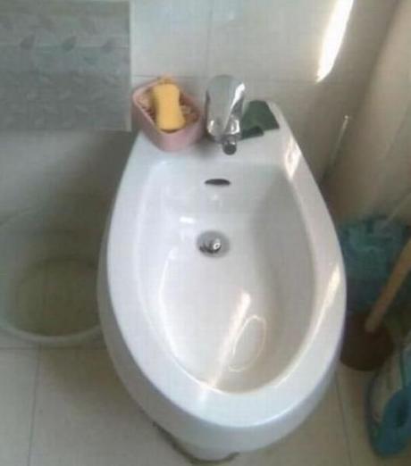 总觉得这洗手台怪怪的.....