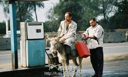 【都是油价惹的祸】 为了省点油,哥都不敢开车来加油了。