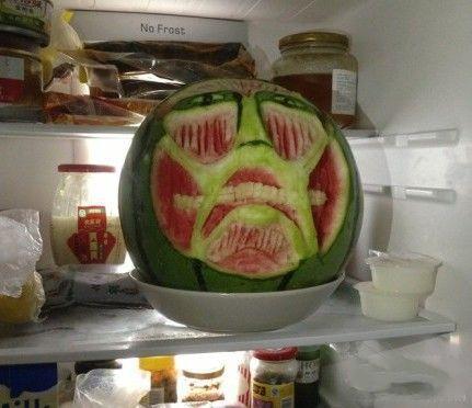 打开冰箱门,西瓜巨人二号怨恨的看着我