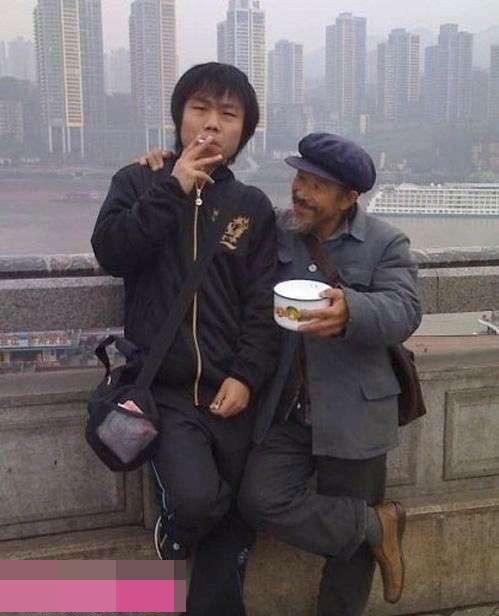 帅哥,给根烟抽抽呗