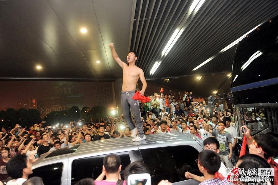 国足主场1比5负于泰国二队  球迷愤怒围堵大巴  球员逃入更衣室