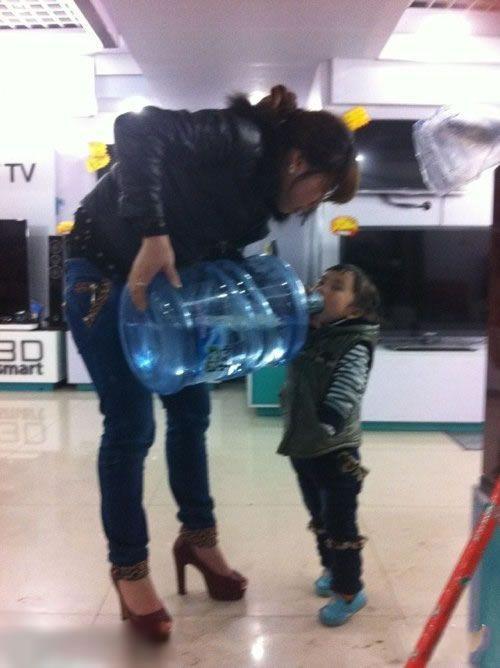 这孩子是买矿泉水送的吧