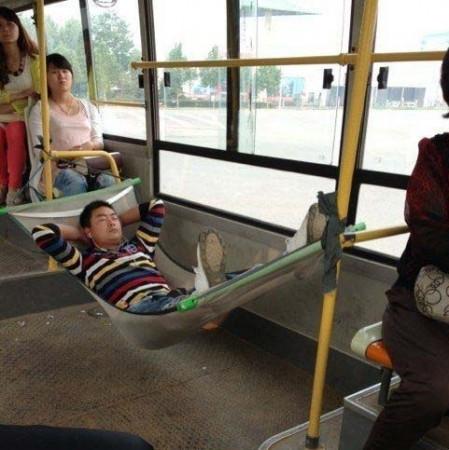 带椅子什么的上公交已经不潮了