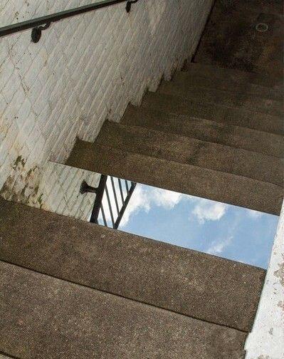 这面镜子让一半的人不敢走楼梯