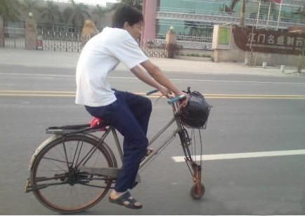 同学,你以为你这样卖萌就能泡上妹子么?现在妹子已经不在自行车上笑了