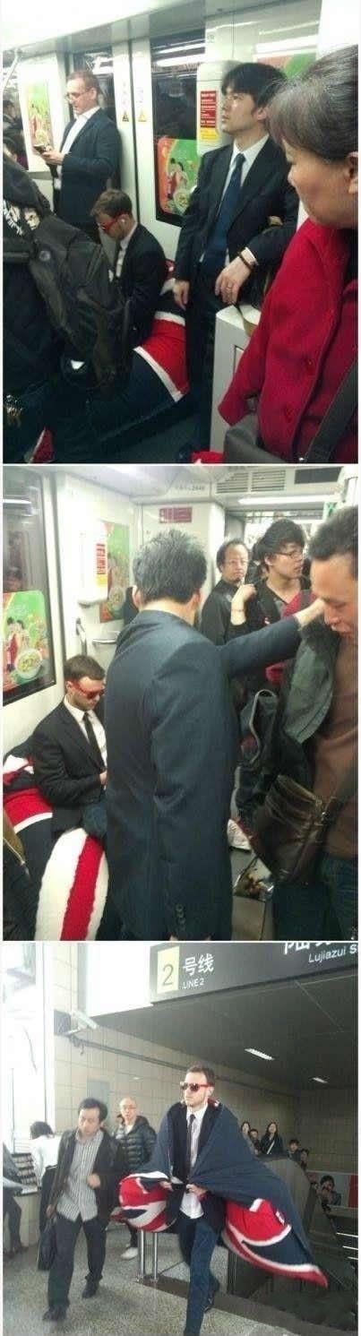老外自带沙发通勤 这事儿就发生在大上海,貌似是在陆家嘴站,一老外被拍到自带沙发乘地铁2号线,但是我想说!凭什么明明很屌丝的事,被这个墨镜男搞得这么有型啊!凭什么?