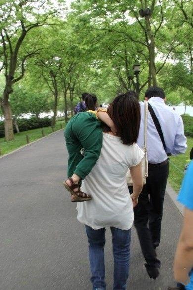 """好友心机的妈妈 每当二货儿子求抱的时候我都是这么扛着的,然后就听见他说""""妈妈,不要这样,不要这样""""。""""还要抱吗?"""",""""快放我下来""""。 我心里那个得意啊,奸计得逞。"""