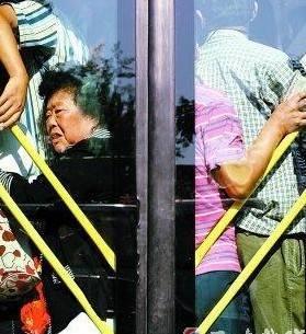 """当公车乘务员喊:""""下一辆空车马上就来了""""。结果后面来的是"""
