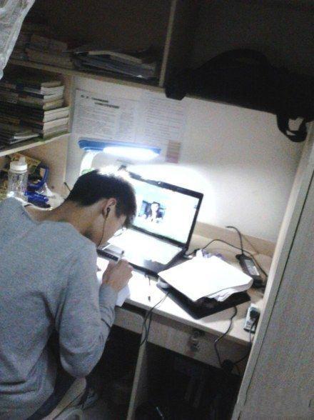 这才是爱情!!!!!! 室友在写作业,电脑上正与他视频的是他异地的女朋友,两个人静静无言,埋头做功课,偶尔抬头看看对方,然后又埋头继续学习。